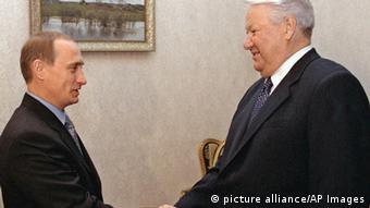 En 1999, Yeltsin (der.) nombró como su sucesor a Vladimir Putin (izq.), el preferido de Berezovski.