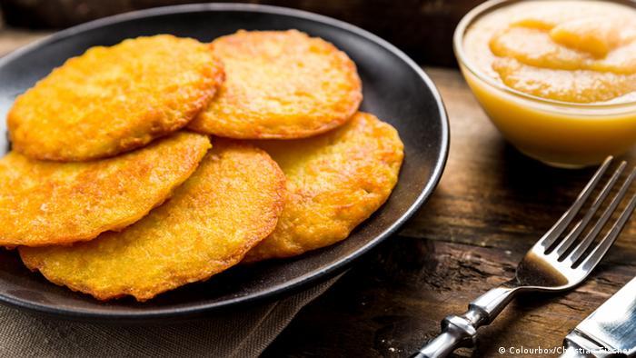 Kartoffelpuffer auf einem Teller, daneben ein Pöttchen Apfelmus (Foto: Colourbox/Christian Fischer)
