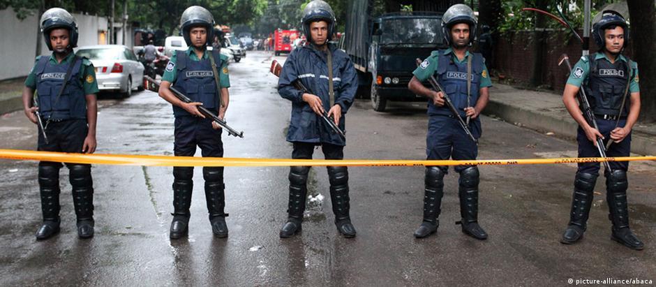 Policiais após ataque em Daca