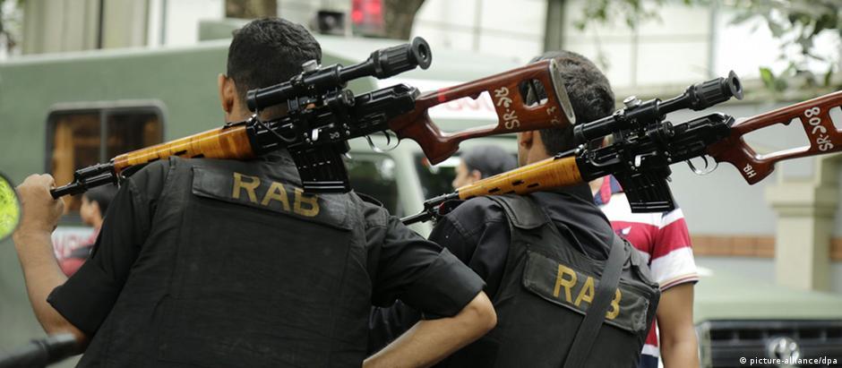 Batalhão de ação rápida após atentado de julho, na capital de Bangladesh