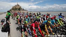 02.07.2016 *** Cycling - The Tour de France cycling race - The 188-km (117 miles) 1st stage from Mont Saint-Michel to Utah Beach Sainte-Marie-du-Mont - 02/07/2016 - The pack of riders take the start from the Mont Saint-Michel. REUTERS/Juan Medina © Reuters/J. Medina