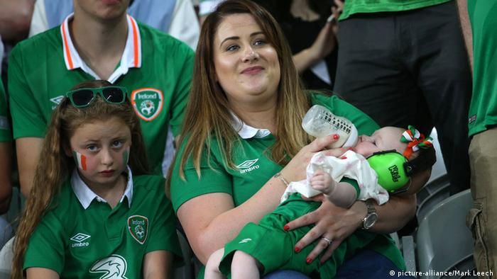 UEFA EURO 2016 Italien vs. Irland Fans Baby (picture-alliance/Mark Leech)