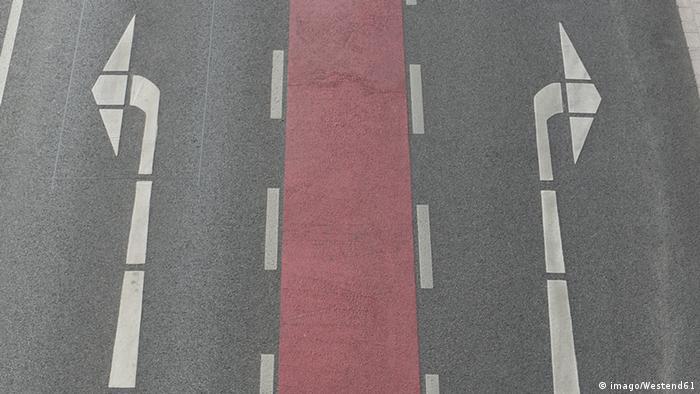 Symbol Straße 2 Pfeile (imago/Westend61)