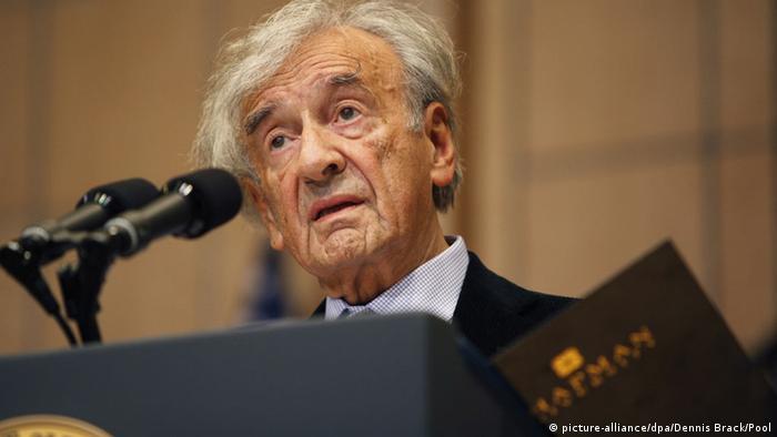 I mbijetuari i Holokaustit Elie Wiesel (1928 - 2016) është i vetmi që ka mbajtur një fjalim në ballkon që nga viti 1945