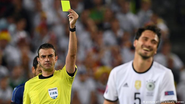 UEFA EURO 2016 Deutschland vs. Italien Mats Hummels Gelbekarte