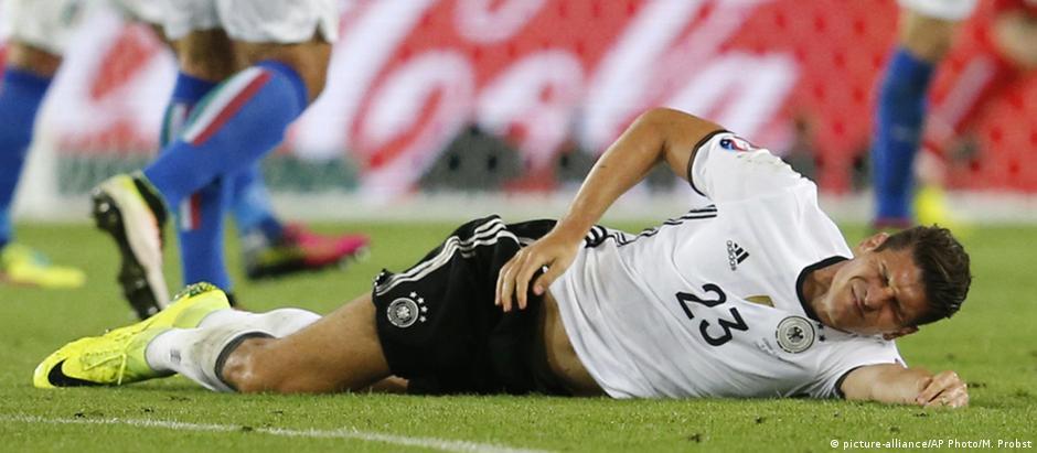 Atacante Mario Gómez sente lesão muscular na coxa