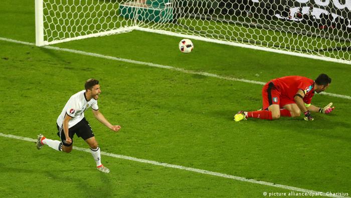 Йонас Хектор радуется голу с пенальти в ворота Буффона