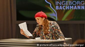 Stefanie Sargnagel liest einen Text FOTO: APA/GERT EGGENBERGER