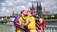 Köln Christopher Street Day 2016 küssende männer vor Kölner Dom
