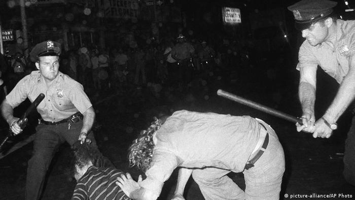 Нью-Йорк, август 1970 года: полицейские избивают участников демонстрации Gay Power