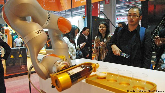 Deutschland KUKA Robotics (picture alliance/dpa/Z. Jinqiao)