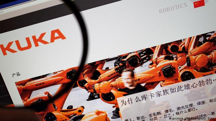 A netizen browses the Chinese website of Kuka in Ji'nan city, east China's Shandong province, 19 May 2016.