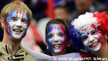 03.07.2016 *** France fans with their faces painted wait for the start of the Euro 2016 quarter-final football match between France and Iceland at the Stade de France in Saint-Denis, near Paris, on July 3, 2016. / AFP / TOBIAS SCHWARZ (Photo credit should read TOBIAS SCHWARZ/AFP/Getty Images) © Getty Images/AFP/T. Schwarz