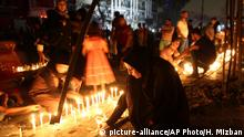 03.07.2016 ***** People light candles at the scene of a massive car bomb attack in Karada, a busy shopping district where people were shopping for the upcoming Eid al-Fitr holiday, in the center of Baghdad, Iraq, Sunday, July 3, 2016. More than 100 people died Sunday in a car bombing that Islamic State said it carried out, an official of the Iraqi Interior Ministry said. (AP Photo/Hadi Mizban)   Copyright: picture-alliance/AP Photo/H. Mizban