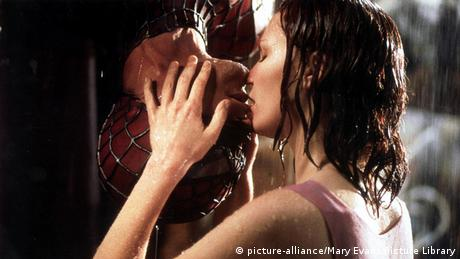 Spiderman hangs upside down to kiss Kirsten Dunst (Copyright: dpa)