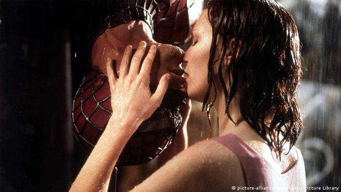 Spider-Man (Tobey Maguire) hangs upside down to kiss Kirsten Dunst (Copyright: dpa)