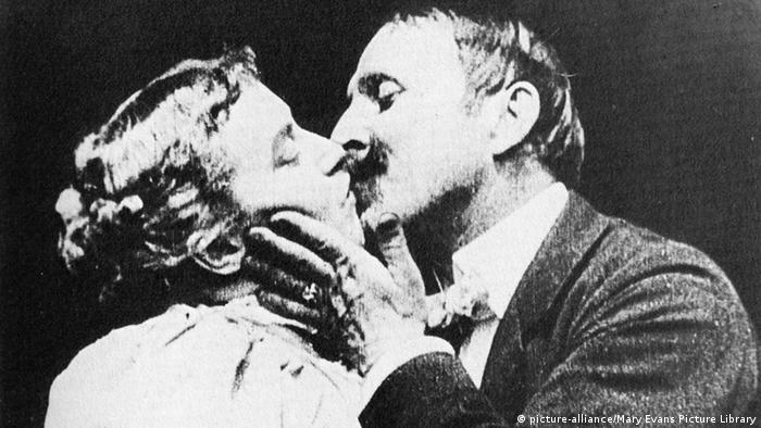The first big screen kiss between May Irwin and John C Rice (Copyright: dpa)