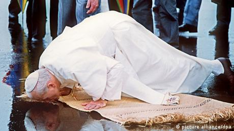 Pope John Paul kissed the ground on the Fiji Islands (Copyright: dpa)
