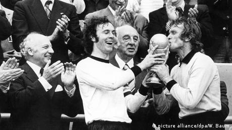 Franz Beckenbauer und Sepp Maier mit dem Weltmeisterpokal (Foto: dpa)