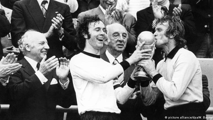 Franz Beckenbauer and Sepp Maier with the World Cup of Football (Copyright: dpa)