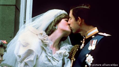 Prince Charles and Princess Diana share their wedding kiss (Copyright: dpa)