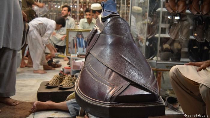 Pakistan Peschawar Lederschuh Produktion Schuster Chappal (de.red-dot.org)