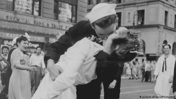 Sailor kissing a nurse in Times Square 1945 (Copyright: dpa/Victor Jorgensen)