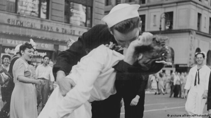 ১৯৪৫ সালের ১৪ই আগস্ট নিউ ইয়র্কের টাইমস স্কোয়ারে দুই অপরিচিতের চুম্বন