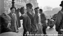 ***ACHTUNG: Verwendung nur zu redaktionellen Zwecken im Zusammenhang mit der beschriebenen Ausstellung Doisneau in Münster. *** Bildergalerie zum Welttag des Kusses am 6. Juli. Das Schwarz-Weiß-Foto Der Kuss vor dem Rathaus von Robert Doisneau aus dem Jahr 1950 wird am Mittwoch (14.06.2006) in Münster ausgestellt (undatiertes Handout). Die teils weltbekannten Bilder des französischen Fotografen Robert Doisneau sind im Graphikmuseum Picasso in Münster zu sehen. Gezeigt werden 75 Arbeiten des Bildkünstlers, dessen Schwarz-Weiß-Fotos vor allem Szenen aus Paris einfangen. Nach Angaben des Museums spannt die repräsentative Werkauswahl einen Bogen von den frühen dreißiger Jahren bis in das Jahr 1989. Darunter ist auch die berühmte Kussszene eines Liebespaares von 1950. Vom 15. Juni bis zum 10. September ist der Bilderreigen zu sehen. Foto: Robert Doisneau dpa/lnw (ACHTUNG: Verwendung nur zu redaktionellen Zwecken im Zusammenhang mit der beschriebenen Ausstellung!) +++(c) dpa - Bildfunk+++ Copyright: picture alliance/dpa