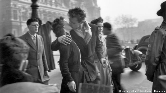 A couple kissing in front of the Paris City Hall (Copyright: Robert Doisneau/dpa)