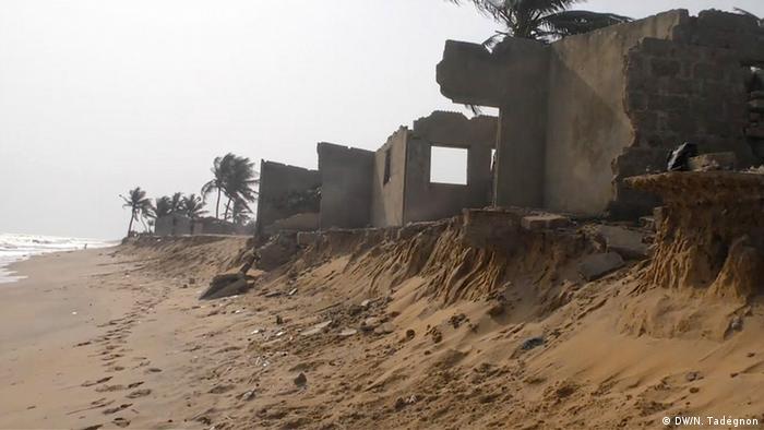 Casas cerca del mar, que se han derrumbado debido a la erosión de las playas.