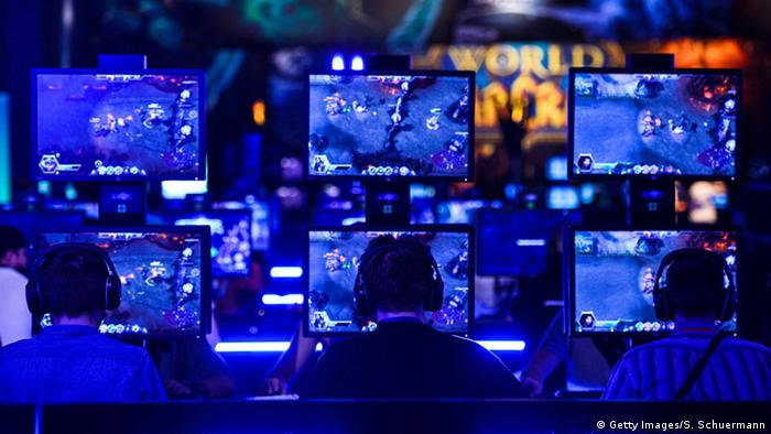 Gamescom 2015, Spieler an Monitoren beim Online-Rollenspiel World Of Warcraft, Foto: Sascha Schuermann/Getty Images