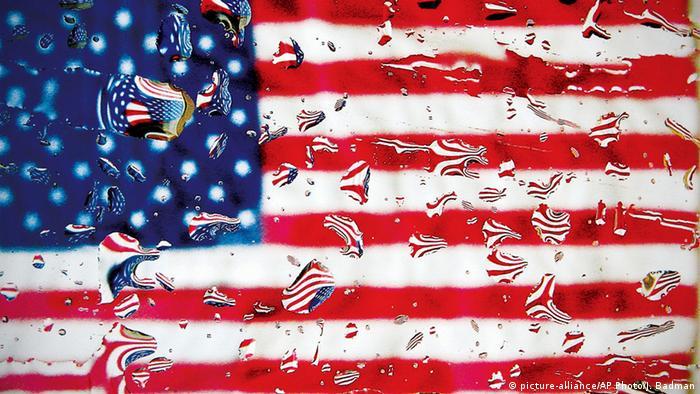 Amerikanische Fahne mit Regentropfen (picture-alliance/AP Photo/J. Badman)