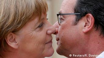 President Francois Holland welcome Chancellor Angela Merkel with a kiss, Copyright: Reuters/R. Duvignau