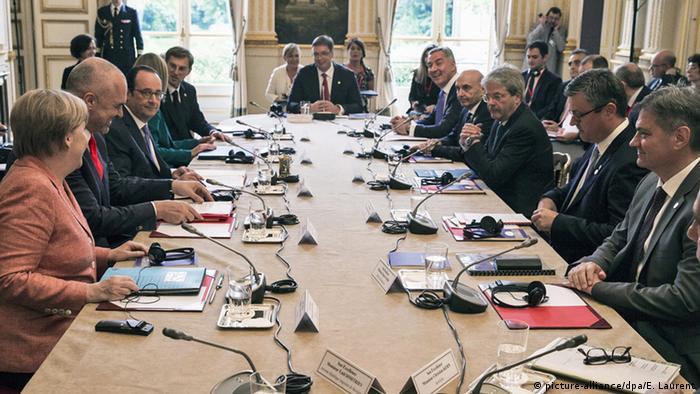 Paris Westbalkan Konferenz Delegationen am Konferenztisch