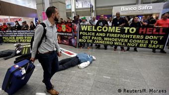 Protesto de policiais e bombeiros no aeroporto internacional do Rio: situação da segurança pública na cidade é de falência