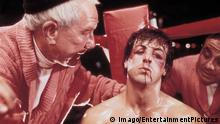 Bildnummer: 55207573 Datum: 21.11.1976 Copyright: imago/EntertainmentPictures ACHTUNG NUTZUNG NUR BEI FILMTITEL-NENNUNG! 1976 - Rocky - Movie Set PICTURED: BURGESS MEREDITH, SYLVESTER STALLONE. FILM TITLE: ROCKY. DIRECTOR John G. Avildsen. STUDIO: United Artists. PLOT: The action-packed, crowd-pleasing story, shot mostly on location, tells of the rise of a small-time, underdog Philadelphia boxer, Rocky Balboa (Sylvester Stallone) against insurmountable odds in a big-time bout with Apollo Creed (Carl Weathers), with the emotional support of a shy, loving girlfriend named Adrian (Talia Shire), and wily fight manager Mickey (Burgess Meredith).PUBLICATIONxINxGERxONLY People Entertainment Film kbdig 1976 quer (c) Imago/EntertainmentPictures