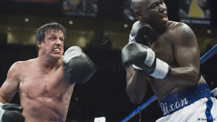 Sylvester Stallone als Rocky kämpft gegen einen anderen Boxer.