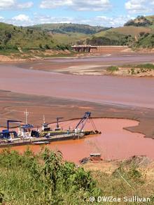 a dredging boat removing sludge from the Doce River (Photo: Zoe Sullivan)
