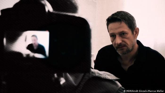 Тележурналист Арндт Гинцель берет интервью для фильма Необъявленная война Путина против Запада.