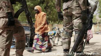 Nigeria soldiers at a checkpoint in Gwoza (picture-alliance/AP Photo/L. Oyekanmi)