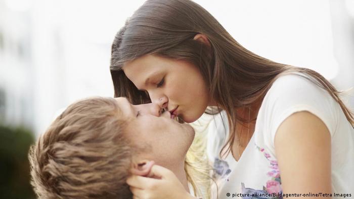 Junges Paar küsst sich (picture-alliance/Bildagentur-online/Tetra Images)