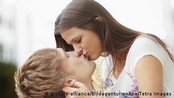 Στο φιλί παίζει ρόλο ένα κοκτέιλ ορμονών