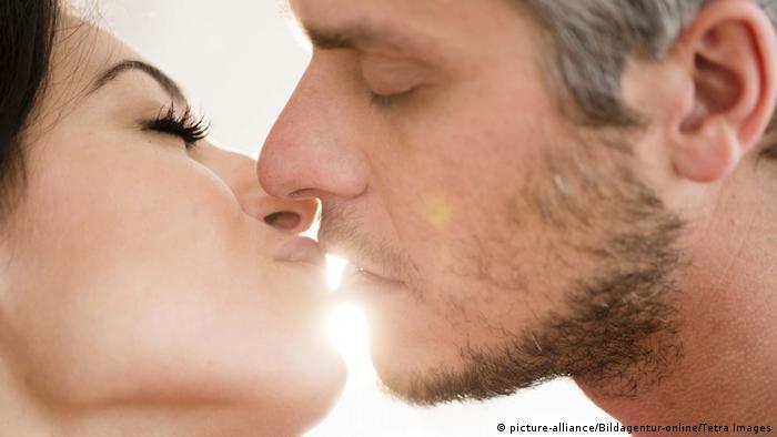 Kissing couple (picture-alliance/Bildagentur-online/Tetra Images)