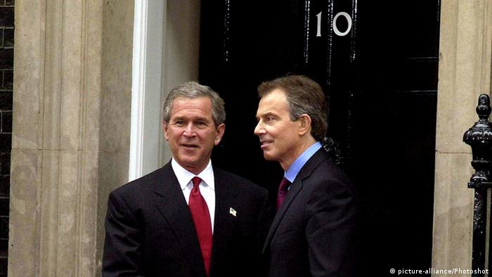 London George W. Bush und Tony Blair vor 10 Downing Street (picture-alliance/Photoshot)