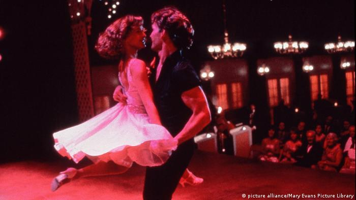 Film still of Jennifer Grey and Patrick Swayze dancing on stage in Dirty Dancing (picture alliance/Mary Evans Picture Library)