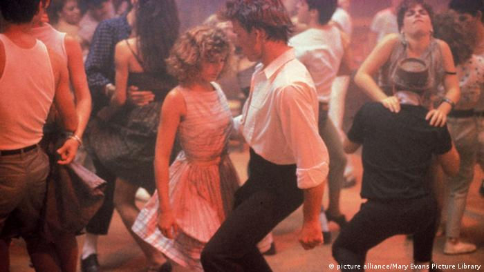 Film still of Jennifer Grey and Patrick Swayze dancing in a crowd in Dirty Dancing (picture alliance/Mary Evans Picture Library)