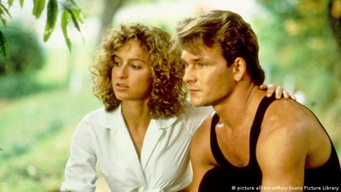 Film still of Jennifer Grey and Patrick Swayze sitting outdoors in Dirty Dancing (picture alliance/Mary Evans Picture Library)