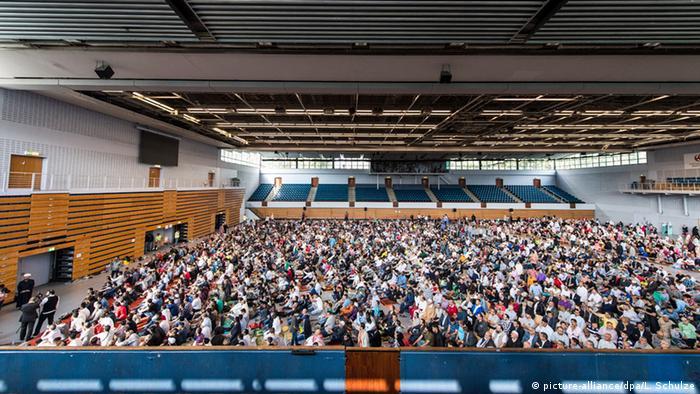 Berlin Hamburg Sporthalle Festgebet zum Ende des Fastenmonats Ramadan