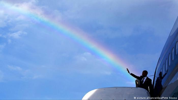 Barack Obama besteigt die Air Force One. Als er winkt, scheint es, als käme aus seiner Hand ein riesiger Regenbogen. (Foto: picture alliance/dpa/Pete Souza)